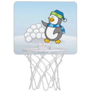 Kleiner Pinguin mit dem Schneeballwellenartig Mini Basketball Ring