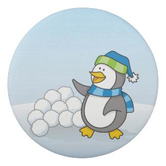 Kleiner Pinguin mit dem Schneeballwellenartig Radiergummi
