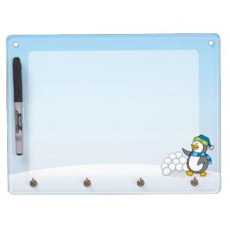 Kleiner Pinguin mit dem Schneeballwellenartig Trockenlöschtafel Mit Schlüsselanhängern