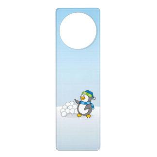 Kleiner Pinguin mit dem Schneeballwellenartig Türanhänger
