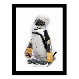 Kleiner Pinguin-tragender Hockey-Gang Postkarte