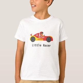 Kleiner Rennläufer im roten und gelben Sportauto T-Shirt