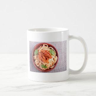 Kleiner Teil gekochte Spaghettis mit Tomate Kaffeetasse