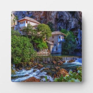 Kleines Dorf Blagaj auf Bunawasserfall, Bosnien Fotoplatte
