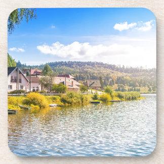 Kleines Dorf nahe einem See Untersetzer
