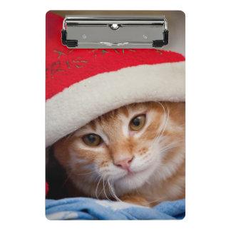 Kleines Kätzchen im roten Weihnachtshut Mini Klemmbrett