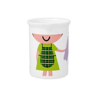 Kleines künstlerisches Mädchen mit Flasche Krug