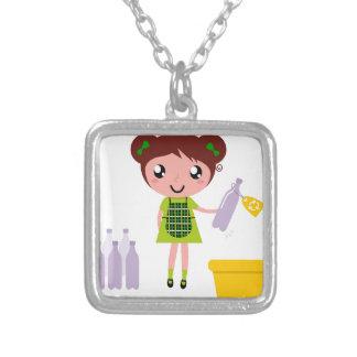 Kleines künstlerisches Mädchen mit Flasche Versilberte Kette