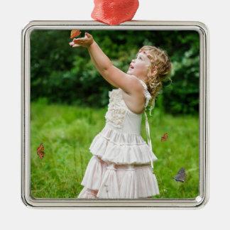 Kleines Mädchen, das ein Butterly fängt Quadratisches Silberfarbenes Ornament
