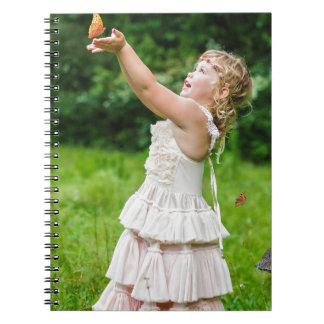 Kleines Mädchen, das ein Butterly fängt Spiral Notizblock