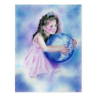Kleines Mädchen, das Kugel-Erdpostkarte hält Postkarte