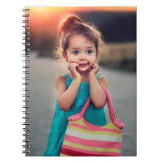 Kleines Mädchen mit gestreifter Handtasche Notizblock