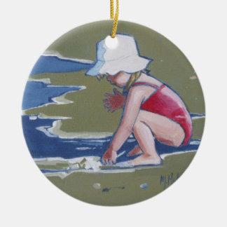 Kleines Mädchen mit Hut auf Strand mit Wellen Keramik Ornament