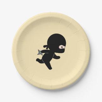 Kleines Ninja, das auf Gelb läuft Pappteller