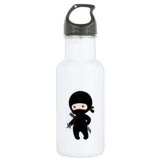 Kleines Ninja, das werfenden Stern hält Trinkflasche