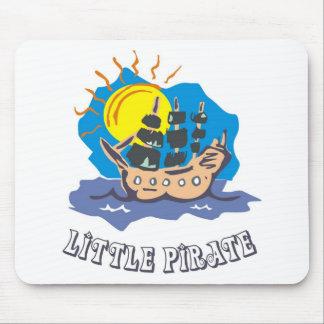 Kleines Piratenkleinkind auf einem Segelboot auf Mauspads