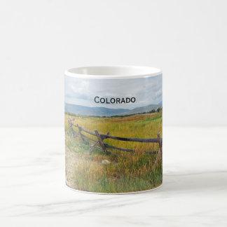 Klotzzaun durch ein Grasland Kaffeetasse