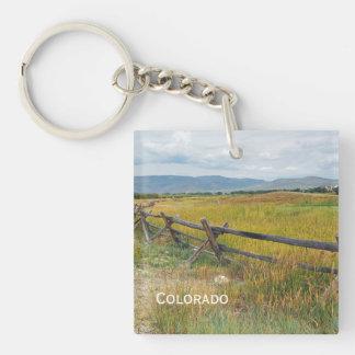 Klotzzaun durch ein Grasland Schlüsselanhänger