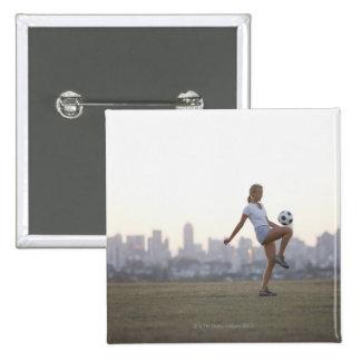 Kneeing Fußball der Frau im städtischen Park Quadratischer Button 5,1 Cm