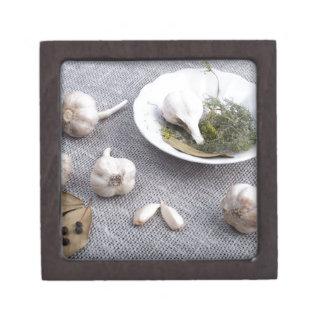 Knoblauch und Gewürze auf einem grauen Schachtel