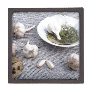 Knoblauch und Gewürze auf einem grauen Schmuckkiste