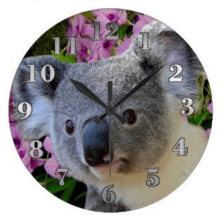 Koala und Orchideen Große Wanduhr