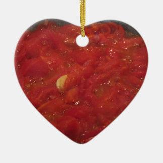 Kochen der selbst gemachten Tomatensauce unter Keramik Ornament