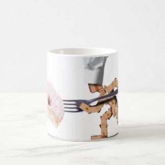 Kochskastencharakter, der einen großen Krapfen in Kaffeetasse