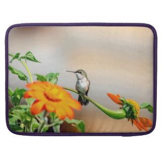 Kolibri auf einer blühenden Pflanze Sleeve Für MacBooks