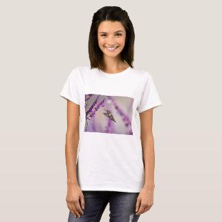 Kolibri, der auf lila Salvia Blume füttert T-Shirt
