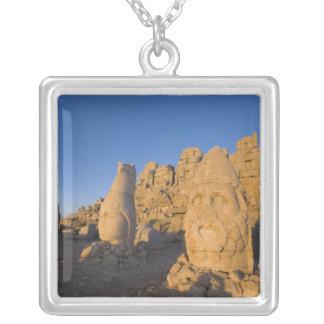 Kolossale Hauptstatuen der Götter, welche die 2 Halskette Mit Quadratischem Anhänger
