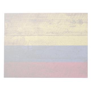 Kolumbien-Flagge auf altem hölzernem Korn Notizblock