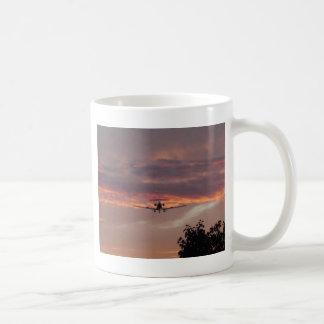 Kommerzielle Jet-Landung am Sonnenuntergang Tasse