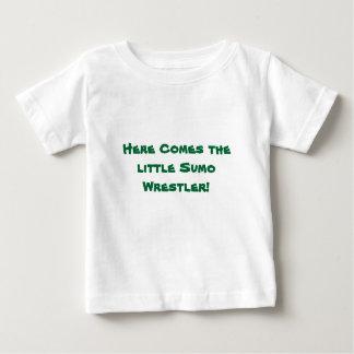 Kommt hier der kleine Sumo-Ringkämpfer! Baby T-shirt