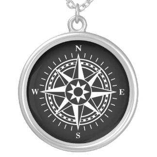 Kompass-Rose auf schwarzer Hintergrundsilberhalske
