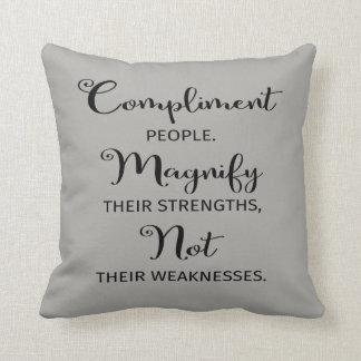 Kompliment-Leute, vergrößern ihr Stärken-Kissen Kissen