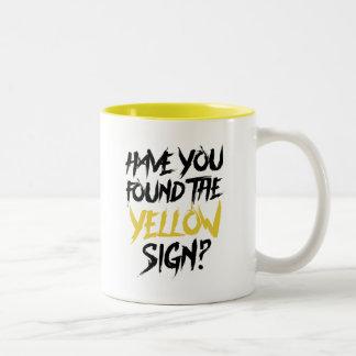 König im Gelb lassen Sie das gelbe Zeichen finden Zweifarbige Tasse