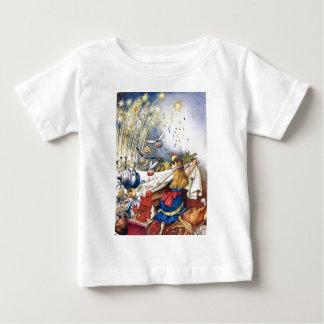Königin Alice erfährt Feuerwerke im Märchenland Baby T-shirt