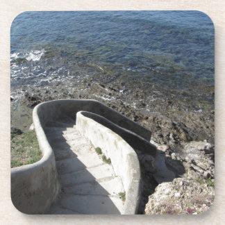 Konkretes Treppenhaus unten zum Meer. Gewundene Untersetzer