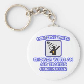 Konservieren Sie Wasser. Dusche mit Flugverkehr-Ko Standard Runder Schlüsselanhänger