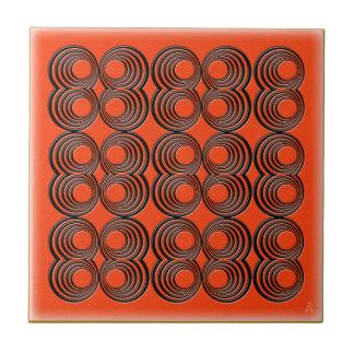 Konzentrische schwarze Kreise über Tango-Orange Keramikfliese