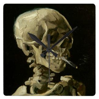 Kopf des Skeletts mit Zigarette durch Van Gogh Wanduhr