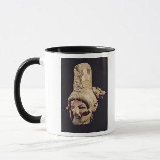 Kopf eines Kriegers, der einen Sturzhelm trägt Tasse