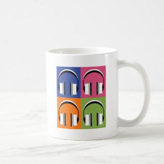 Kopfhörer in den hellen Farben Kaffeetasse