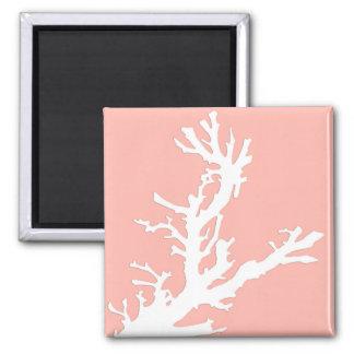 Korallenrote Niederlassung - Weiß auf Quadratischer Magnet