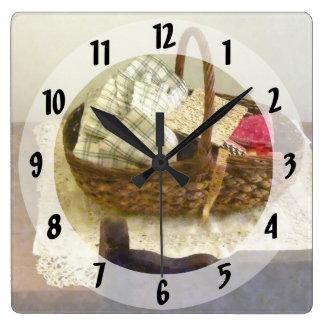 Korb mit Stoff und messendem Band Quadratische Wanduhr