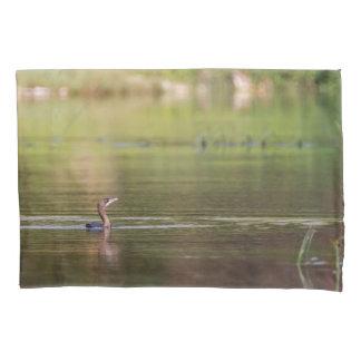 Kormoranvogel, der friedlich schwimmt kissen bezug