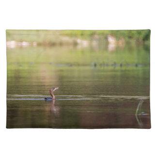 Kormoranvogel, der friedlich schwimmt stofftischset