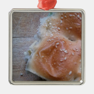 Korn-Brot auf hölzernem Regal, gesunde Nahrung, Silbernes Ornament