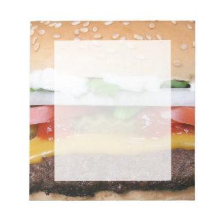 köstlicher Cheeseburger mit Notizblock